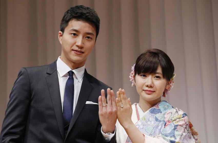 Chiang Hung Chieh and wife Ai Fukuhara in today's press conference. (Photo from Sina Sports)
