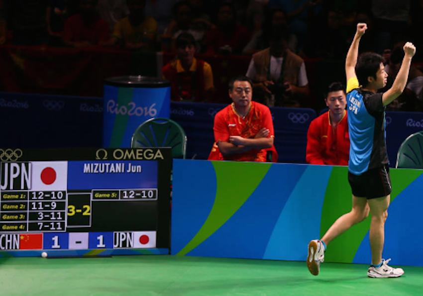 Jun Mizutani rejoiced after beating Xu Xin in the Olympic Team final in Rio de Janeiro. (Photo from IFeng)